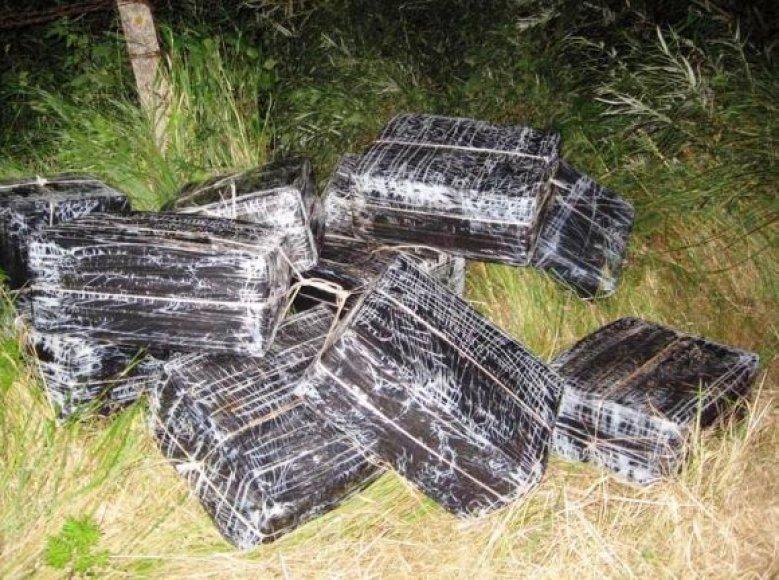 Kontrabandininkai upe plukdė dėžes cigarečių.