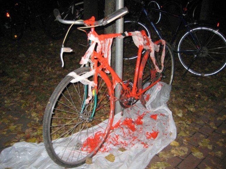"""""""Kruvino dviračio"""" rengėjai simbolinę transporto priemonę Taikos prospekte ketina laikyti tol, kol bus išgirsta jų nuomonė."""