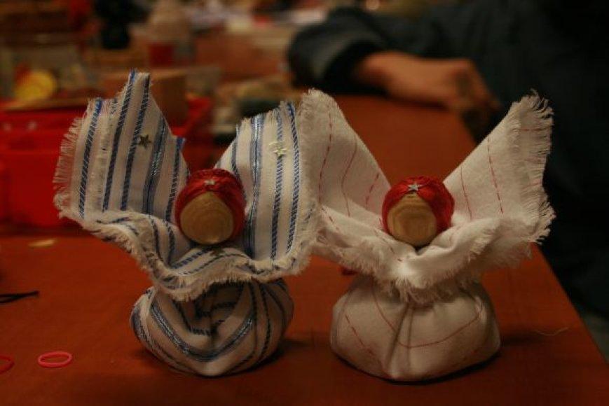 Skudurinukėmis galima papuošti Kalėdų eglutę.