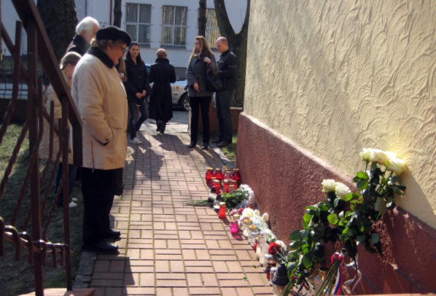 Prie Lenkijos Respublikos konsultato Klaipėdoje nuo ryto dega žvakės.