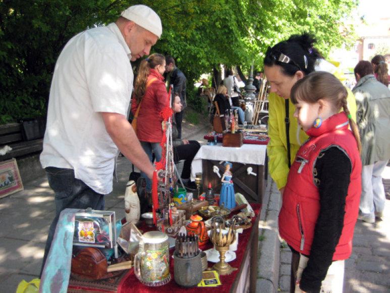 Klaipėdos blusų turgelyje sekmadienį jau virė prekyba.