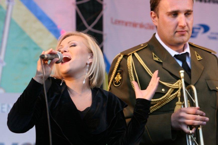 Kristina Jatautaitė uždainavo su Krašto apsaugos savanorių pajėgų bigbandu.