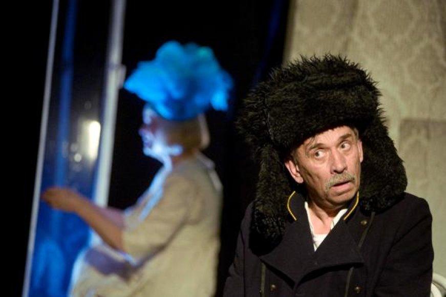 """Viktoras Valašinas spektaklyje """"Jelena ir Šturmanas""""."""