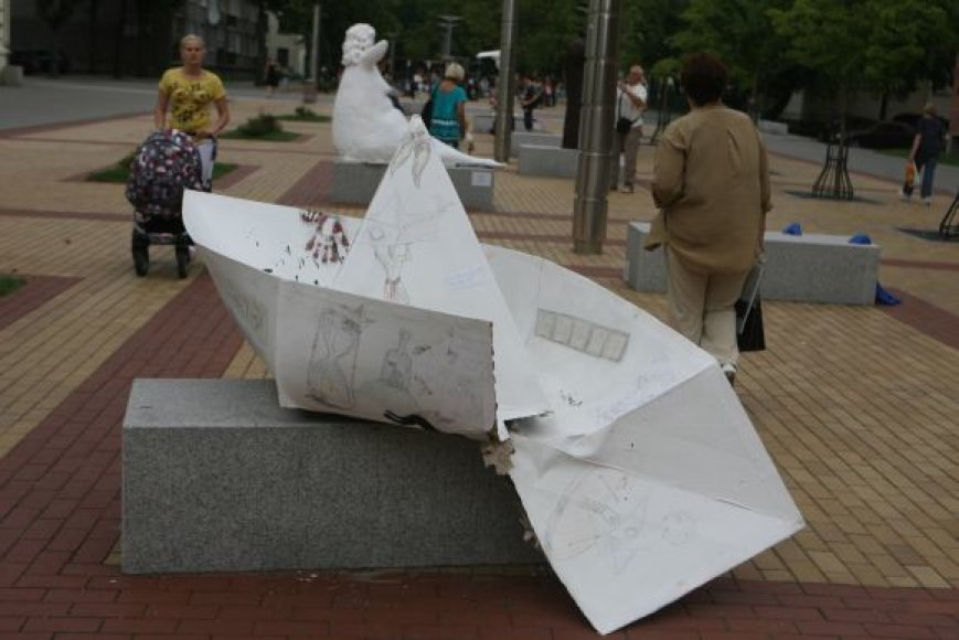 """Audriaus Jankausko skulptūra """"Ir laivas atplauks"""" buvo suplėšyta."""