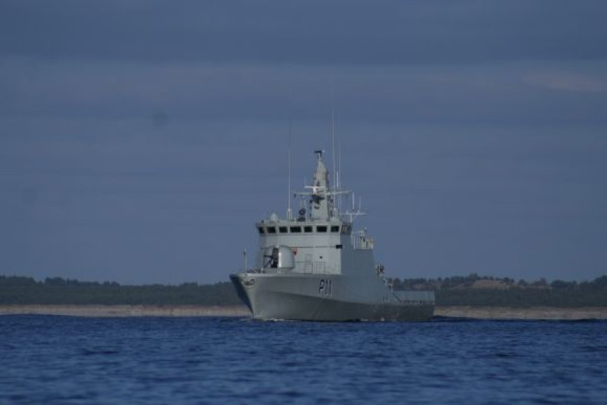 Karinių jūrų pajėgų laivas išvyksta į pratybas Danijoje.