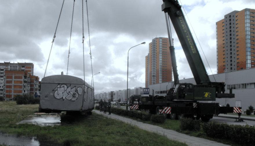 Nelegaliai stovėjęs statybininkų vagonėlis Liubeko gatvėje - iškeldintas.