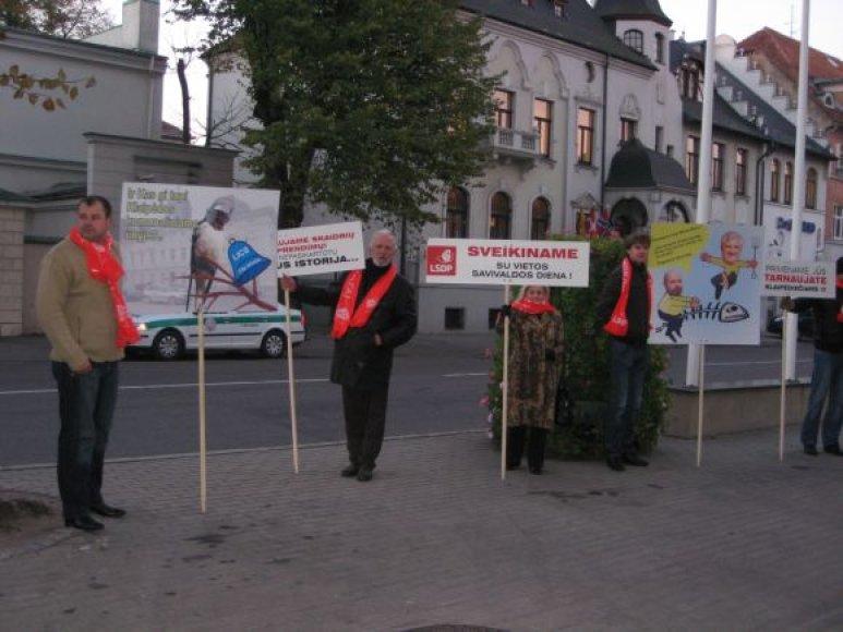 Klaipėdos socialdemokratai piketavo prieš savo bendrapartiečius, užimančius aukštus postus savivaldybėje.