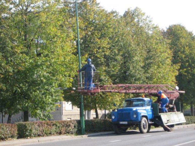 Šviestuvai uostamiesčio gatvėse jau ruošiami tamsiajam sezonui – baigiama perdažyti ir sutvarkyti visus stulpus.