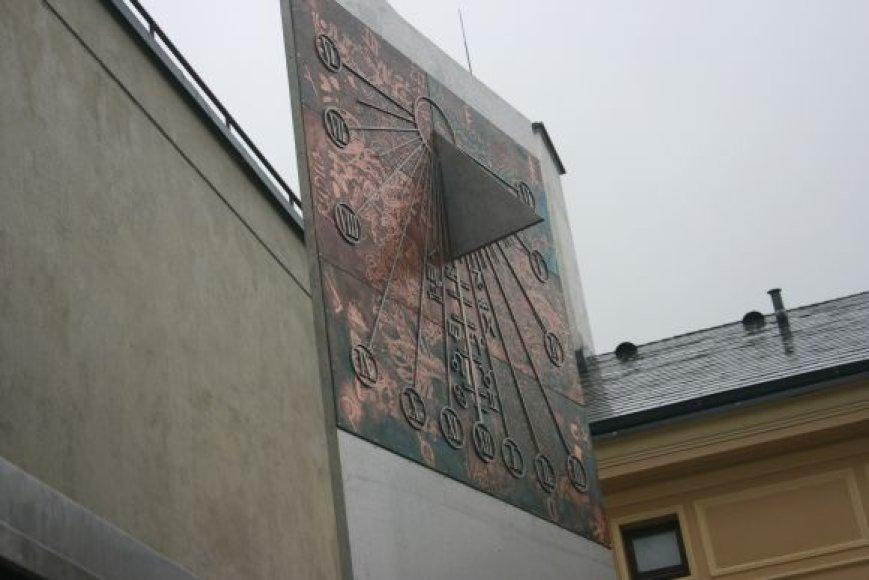 Saulės laikrodžio idėją išvystė J.Šikšnelis, o įgyvendinti padėjo A.Kliukas, R.Klimavičius ir R.Martinkus.