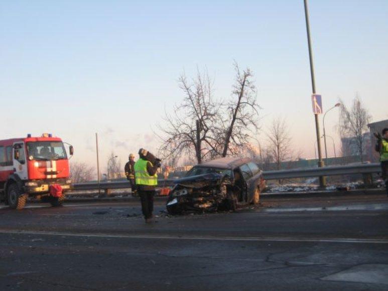 Ugniagesiams teko traukti automobilyje prispaustą žmogų.