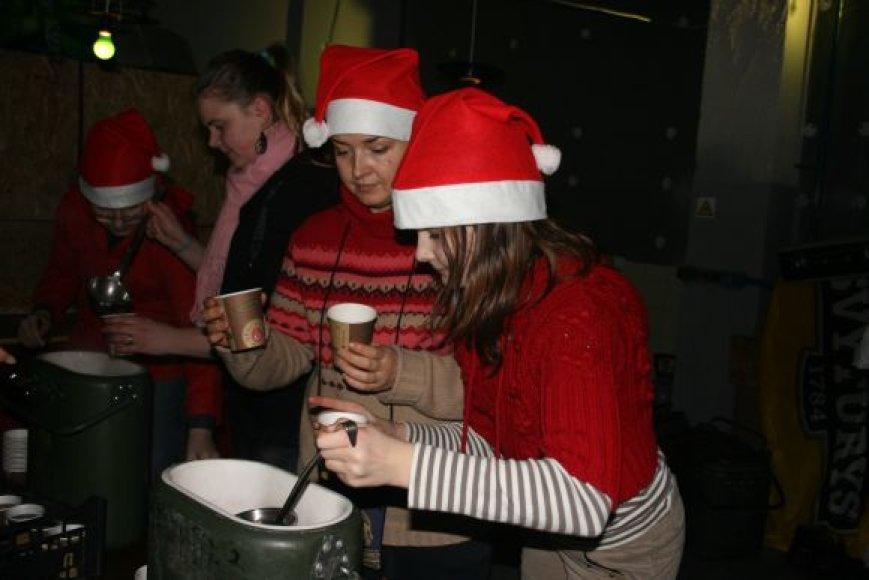 I.Grubliauskienė pati pilstė arbatą šventės svečiams.