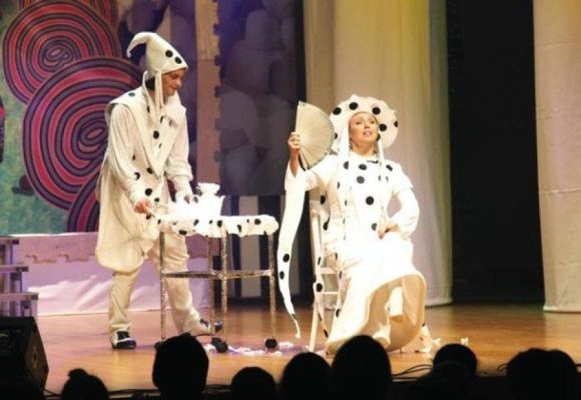 Nuotaikingame spektaklyje žiūrovai išvys gausybę gerai pažįstamų veidų.