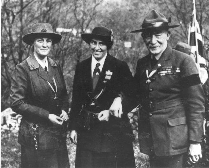 Robertas Baden-Powell'is jo žmona Olave ir jos ilgametė draugė Daisy.