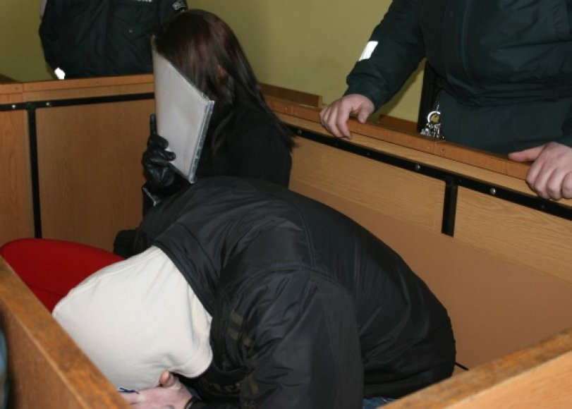 Sugyventiniai teisme dangstė savo veidus.