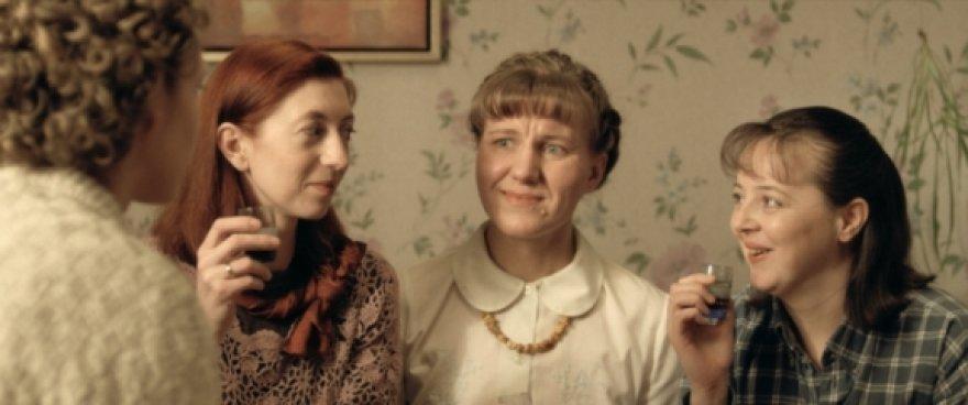 """Juosta  """"Jau puiku tik dar šiek tiek..."""" pasakoja apie neseną Lietuvos realybę."""