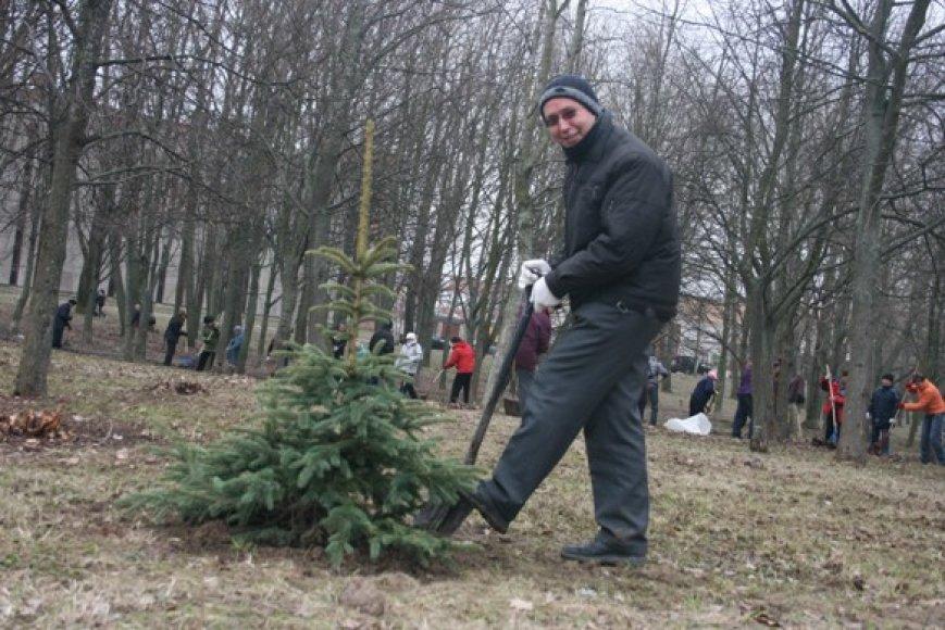 """Klebono S.Švaikovskio iniciatyva """"Draugystės"""" parkas, kur netrukus bus statoma naujoji bažnyčia, tampa tikru parku."""