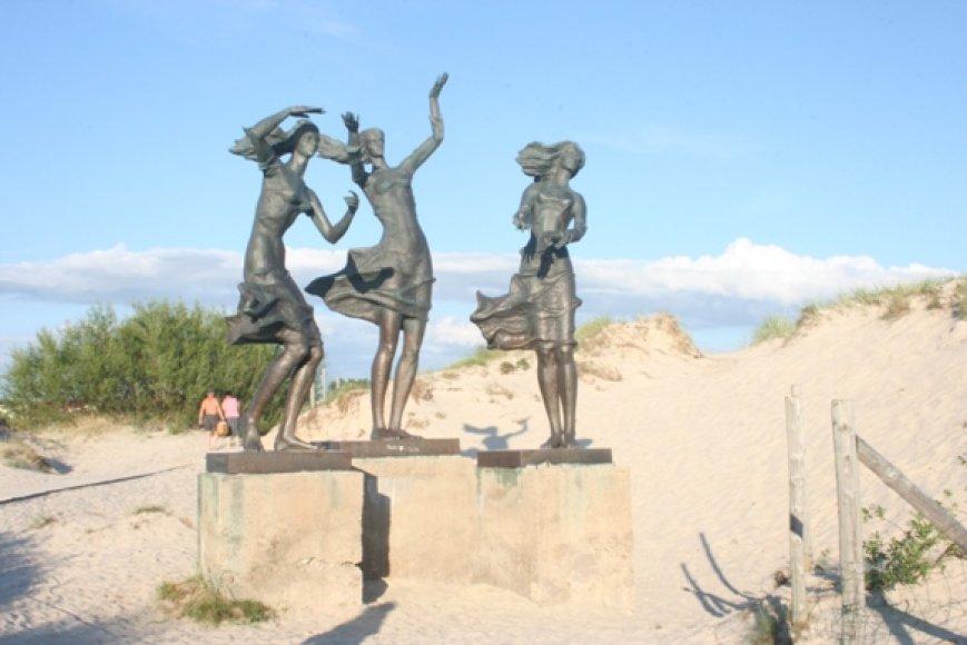 """Skulptūra """"Žvejo dukros"""" - reprezentuoja Šventosios kurortą. Deja, kažkas panoro tris seseris išgražinti."""