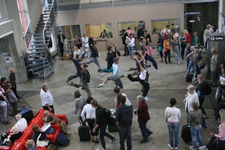 Geležinkelio stotyje keleivių laukė staigmena - netikėtas baleto trupės pasirodymas.