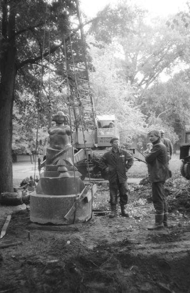 "Statoma V.Balsio skulptūra ""Dvi mylimos"". 1986m."