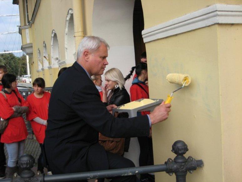 Su dažais prie išterliotos sienos stojo ir Klaipėdos meras V.Grubliauskas.