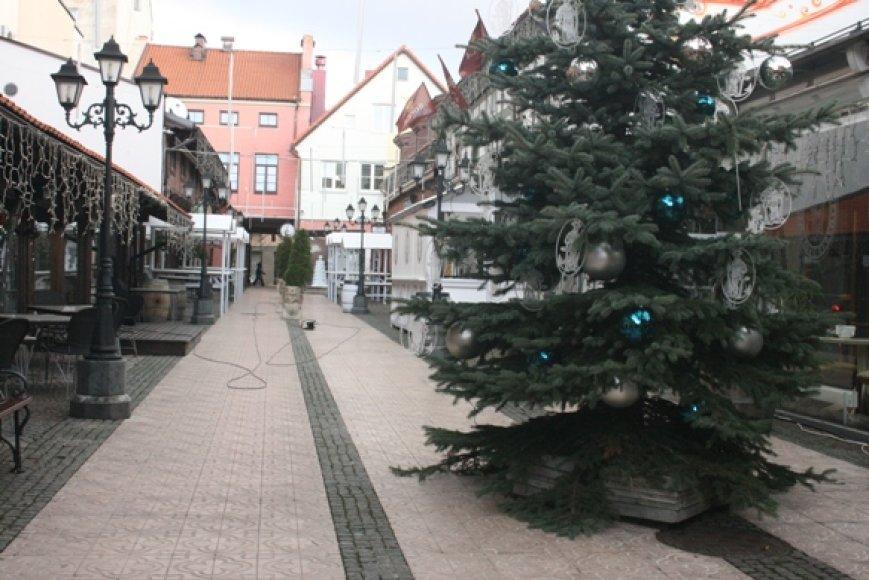 Klaipėdos kavinės jau ėmė puoštis Kalėdoms. Visas miestas šventinėmis spalvomis nušvis savaitgalį.