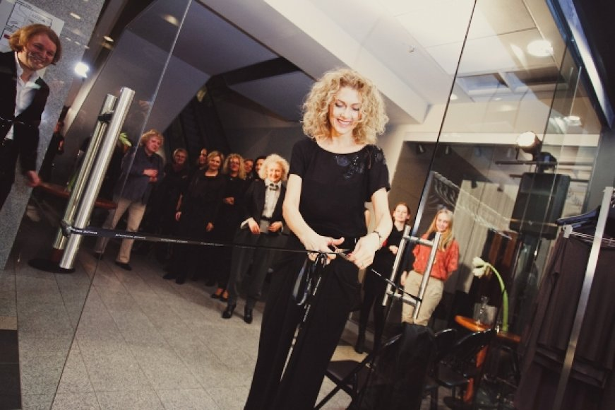 Ramunė Piekautaitė iškilmingai perkirpo juostelę į naująjį saloną.