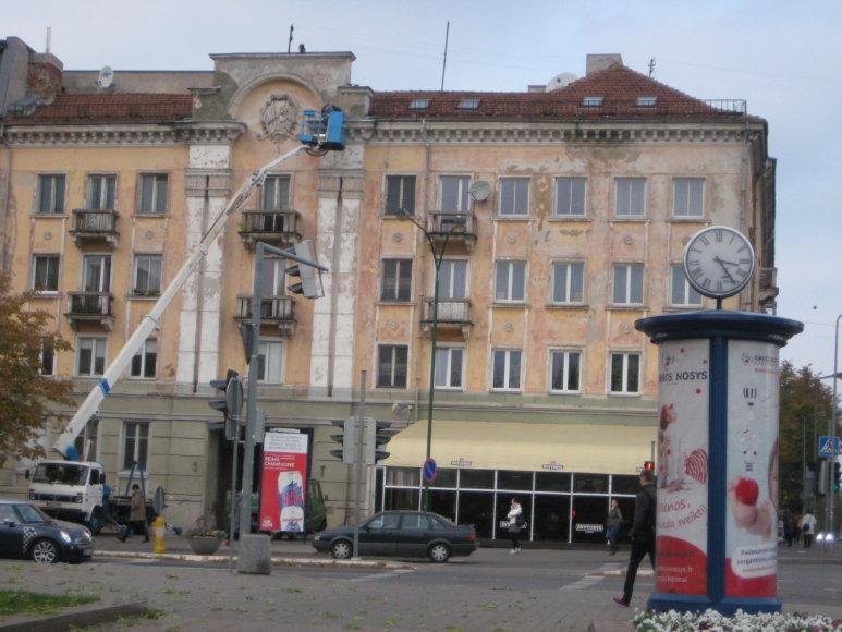 A.Jašinskienės/15min.lt nuotr./Darbininkai tvarkė daugiabučio fasadą, bet simbolius paliko