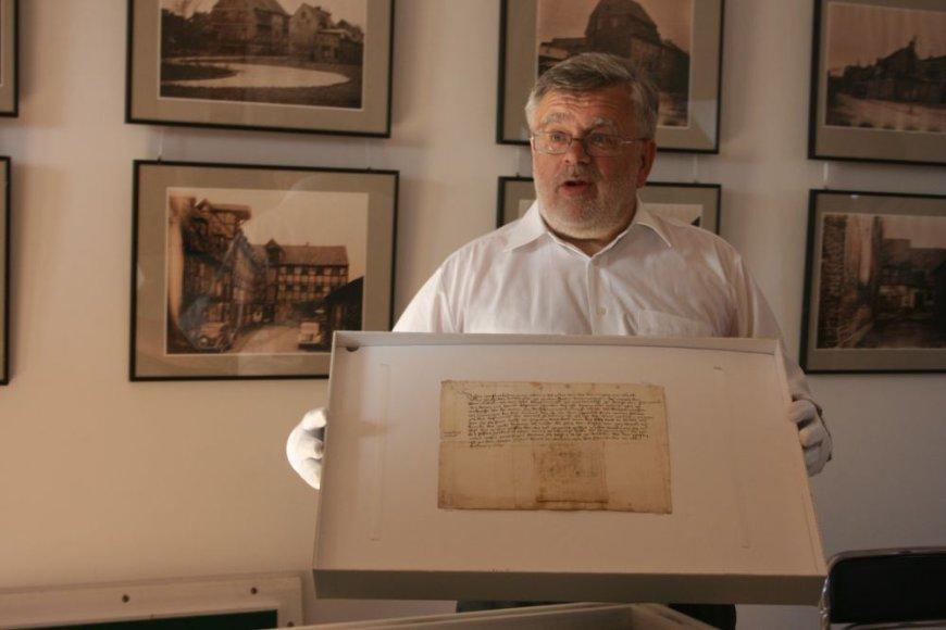 Anot istoriko, Mažosios Lietuvos istorijos muziejaus vadovo Jono Genio, 1446-asiais miesto burmistro antspauduotas dokumentas, atgabentas iš Liubeko, tapo atradimu istorikams, maniusiems, kad dokumentas sunykęs.