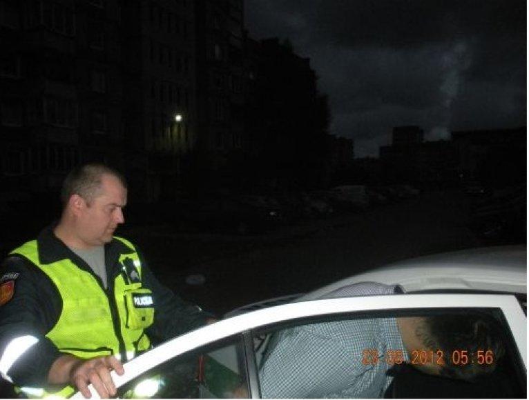 Neblaivus vairuotojas bandė papirkti pareigūnus, siūlydamas jiems 100 Lt kyšį.