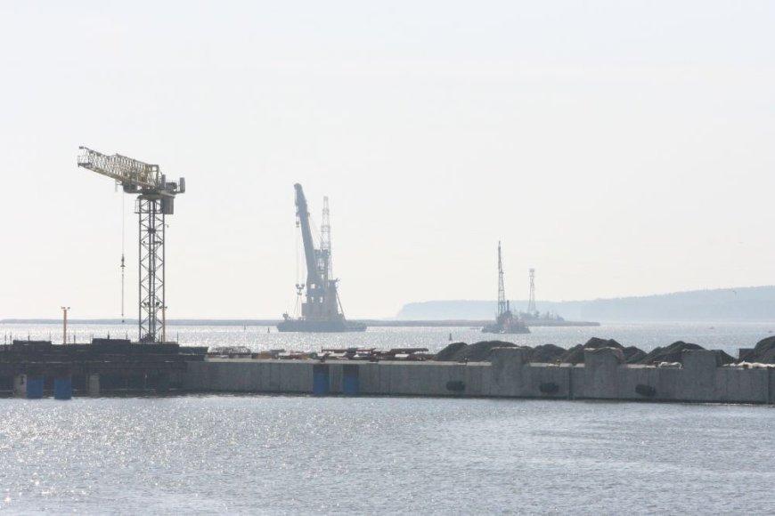Deviacinis įrenginys iš uosto akvatorijos dugno keliamas specialiais kranais.