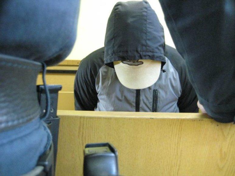 Nužudymu ir palaikų išniekinimu kaltinamas jaunas vyras dangstėsi nuo žurnalistų.