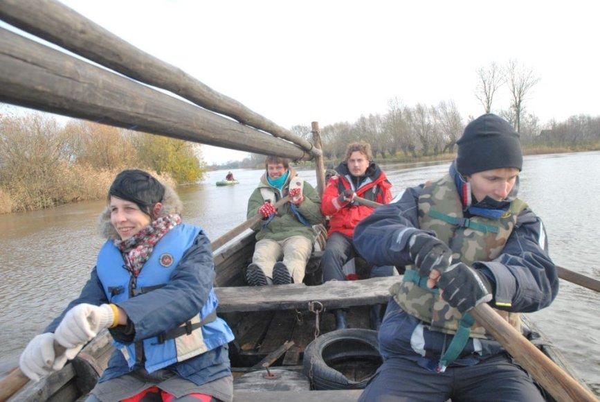 """Senovine valtimi jachtos """"Lietuva"""" įgula apiplaukė Rusnės salą."""