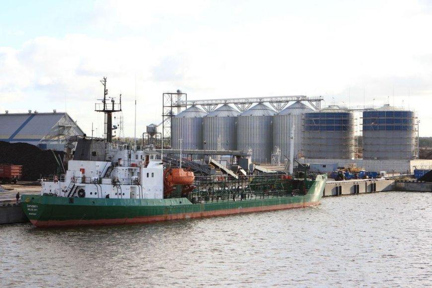 """""""Vakarų krova"""" pradėjo vykdyti bandomąjį laivo pakrovimą iš naujojo skystų krovinių terminalo."""