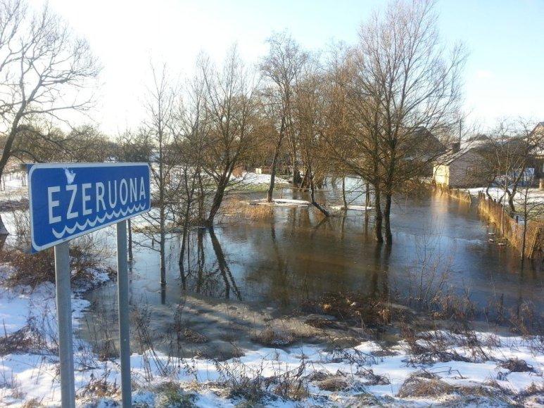Ežeriuonos upelio ėmė išsiveržė į krantus.