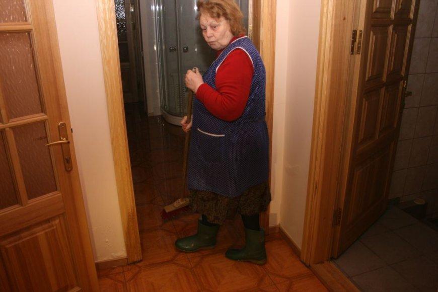 Klaipėdietė Nina po savo namus turi vaikščioti guminiais batais – sklypą užliejęs vanduo veržiasi į cokolinį aukštą.