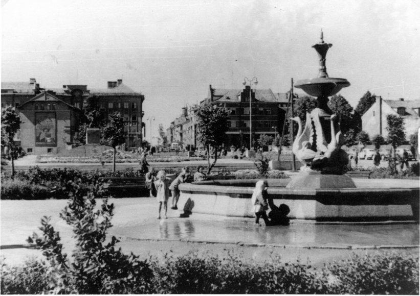 Bibliotekos nuotr./Apie 1963 m. Danės krantinėje, greta Biržos tilto, stovėjęs gulbių fontanas buvo mėgstama klaipėdiečių poilsio vieta.