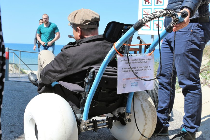 J.Andriejauskaitės/15min.lt nuotr./Centriniame paplūdimyje neįgalieji gali pasinaudoti specialiu įrenginiu, kuriuo galima pasiekti jūrą ir išsimaudyti.