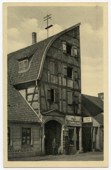 Bibliotekos nuotr./Dramblio namu vadintas fachverkinis sandėlis, pavadinimą gavęs dėl perskeltą dramblį primenančios pastato formos, stovėjo šalia vilų ir kitų prabangių namų dabartinėje H. Manto gatvėje.
