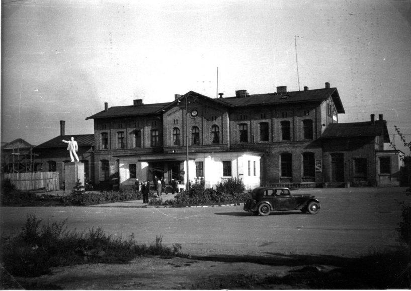 Bibliotekos nuotr./Gide galima rasti klaipėdiečio Stasio Jocio pasakojimą apie 1951-ų metų lapkričio 7-os dienos Lenino paminklo prie geležinkelio stoties atidengimą.