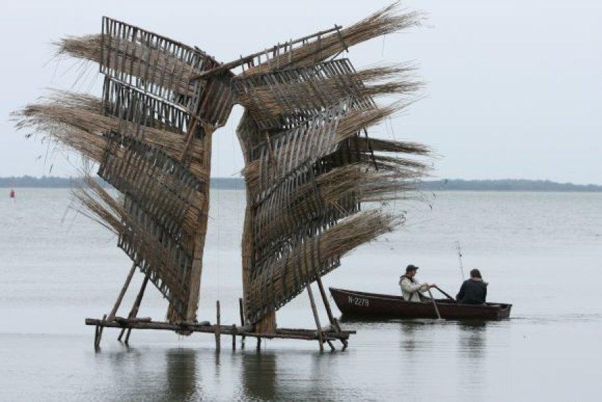 Penkios nendrinės skulptūros įlankoje stovėjo nuo gegužės.