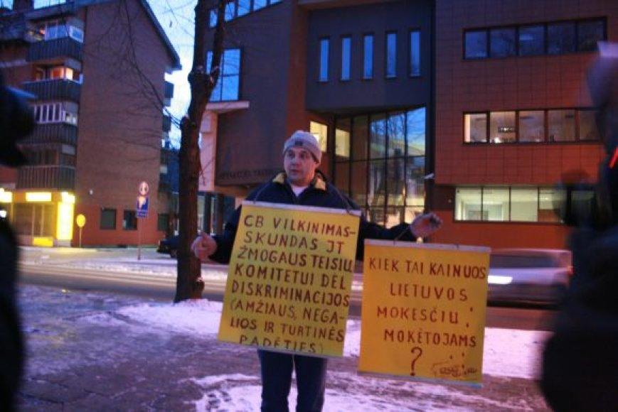 Silvestras Baumilas plakatus iškėlė prie Klaipėdos apylinkės teismo.