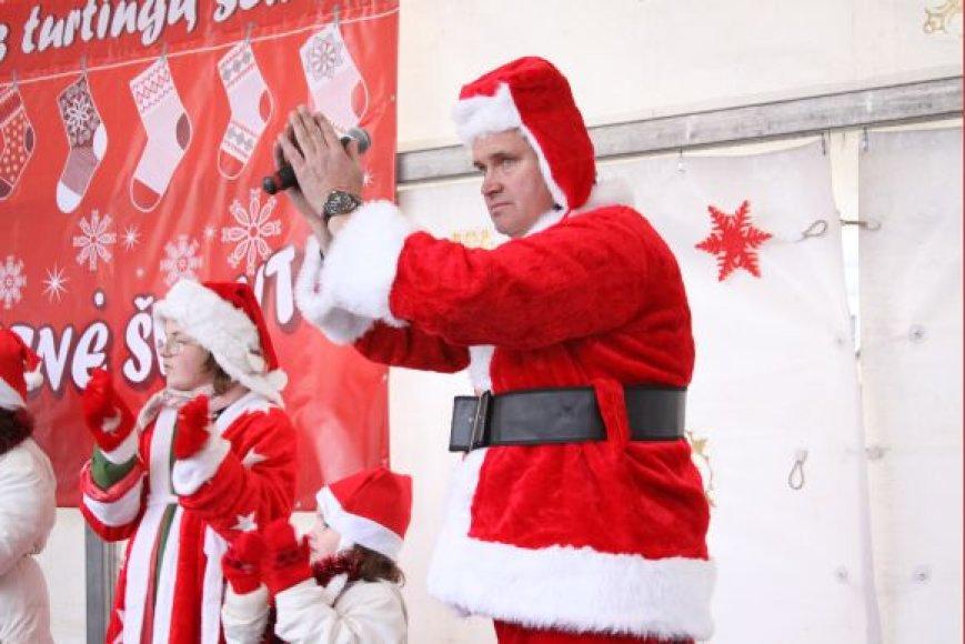 Kalėdiniu kostiumu pasidabino irSeimo narys V.Grubliauskas.