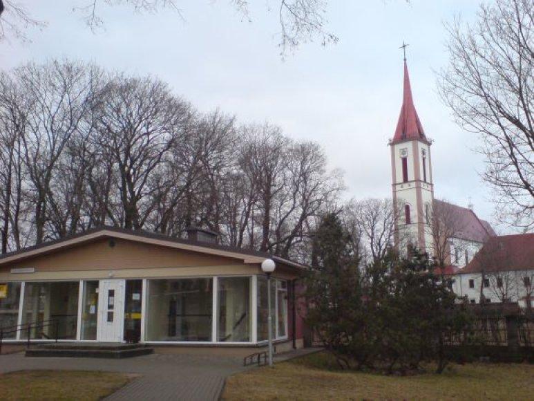 Prieš trejus metus tualetas buvo pastatytas pačiame centre, prie bažnyčios tvoros.