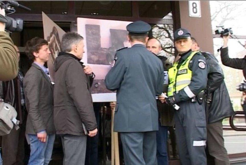 Plakatuose, anot jaunuolių, demonstruojama ne svastika, o Lietuvos istorija.