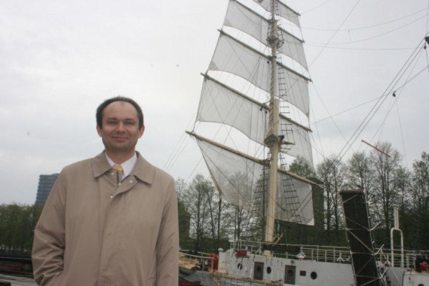 """Pasak """"Meridiano"""" paramos fondo direktoriaus Artūro Žičkaus, šeštadienį į doką, kur bus remontuojamas palydėtas burlaivis į savo vietą grįš po poros mėnesių."""