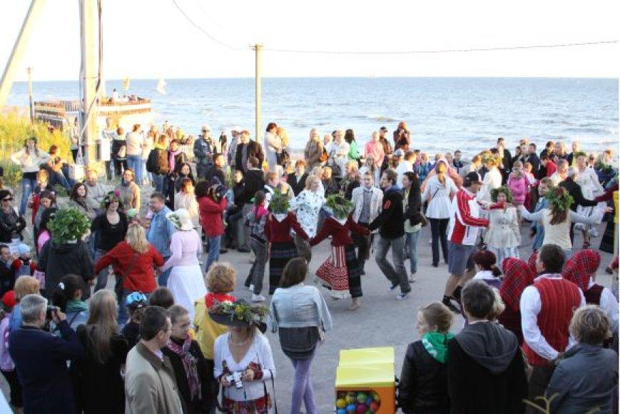 Joninės pajūryje – su šokiais, liaudiška muzika, saulėlydžiu ir plazdančiais aitvarais.