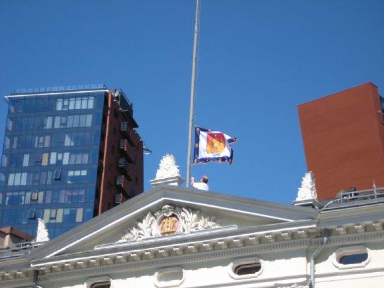 Trečiadienį apskrities administracijos vėliava buvo nuleista, dabar čia plėvesuoja trispalvė.