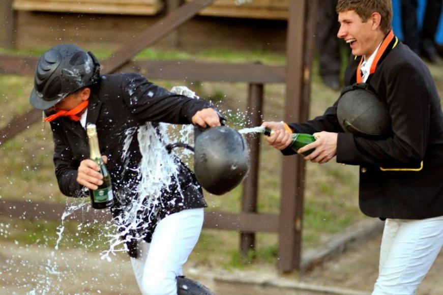 Liejasi pergalės šampanas.