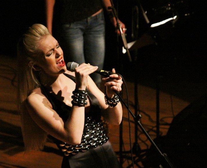Rūta Ščiogolevaitė atlieka Tinos Turner dainas.
