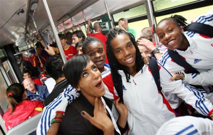 Iš stadiono į viešbutį ir atgal sportininkai vyksta 7 specialiai užsakytais autobusais.